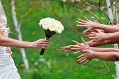 La jeune mariée donne un bouquet Images stock
