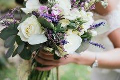 La jeune mariée du bouquet rustique Photo libre de droits