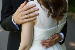 La jeune mariée embrasse la jeune mariée image libre de droits