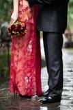 La jeune mariée embrasse la jeune mariée image stock