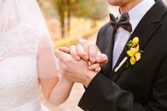 La jeune mariée embrasse la jeune mariée photographie stock libre de droits