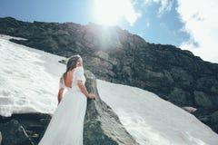 La jeune mariée en montagnes mariage Photo stock