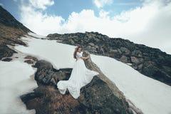 La jeune mariée en montagnes mariage Image libre de droits