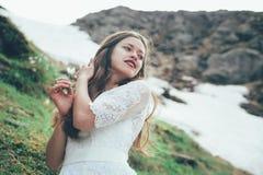 La jeune mariée en montagnes mariage Images libres de droits