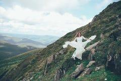 La jeune mariée en montagnes mariage Photographie stock