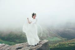 La jeune mariée en montagnes mariage Image stock