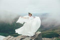 La jeune mariée en montagnes mariage Photo libre de droits