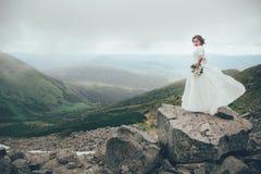 La jeune mariée en montagnes mariage Photographie stock libre de droits