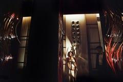 La jeune mariée enceinte se tient dans les lumières de soirée dans un hall d'hôtel Image stock