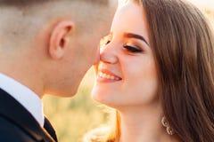 La jeune mariée enchanteresse regarde le marié avec amour Photos libres de droits