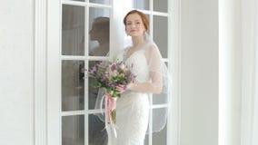 La jeune mariée entre dans la salle banque de vidéos