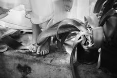 La jeune mariée est aux pieds nus avec les pieds nus se tenant sur une étape près de l'eau Photo stock