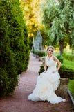 La jeune mariée est dans un jardin photos libres de droits