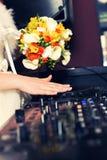La jeune mariée est le DJ Images libres de droits