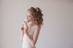 La jeune mariée est le portrait de mariage blanc de bonbons au chocolat photos stock