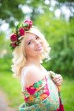 La jeune mariée est une fille avec une guirlande des fleurs Photo libre de droits