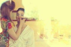 La jeune mariée et composent l'artiste le jour du mariage, photographié de l'extérieur Image stock