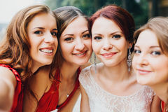 La jeune mariée et fille de demoiselles d'honneur la belle en rouge Image libre de droits