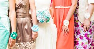 La jeune mariée et les demoiselles d'honneur sont représentation belle Photo libre de droits