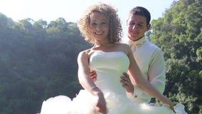 la jeune mariée européenne danse et ondule la robe de mariage contre des arbres de palétuvier clips vidéos