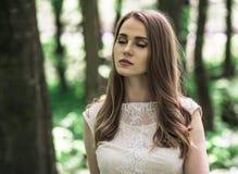La jeune mariée a fermé des yeux Photo stock