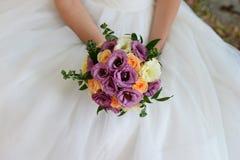 La jeune mariée fleurit le bouquet image stock