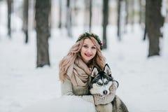 La jeune mariée gaie pose avec le chien de traîneau sibérien sur le fond de la neige blanche marié de mariée wedding à l'extérieu Photos libres de droits