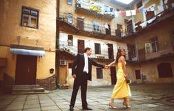 La jeune mariée incite un marié pour aller de pair avec sa participation sa main photo libre de droits