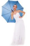 La jeune mariée intégrale dans la robe de mariage tient le parapluie Photos libres de droits