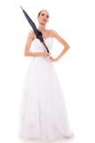 La jeune mariée intégrale dans la robe de mariage tient le parapluie Photo libre de droits