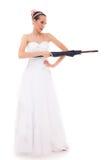 La jeune mariée intégrale dans la robe de mariage tient le parapluie Photos stock