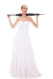 La jeune mariée intégrale dans la robe de mariage tient le parapluie Photographie stock