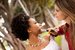 La jeune mariée l'obtenant composent touché vers le haut photo libre de droits