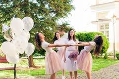 La jeune mariée laisse des amies pour la vie de famille Photo stock