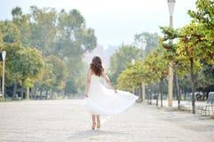 La jeune mariée marchant dans un arbre a rayé l'avenue à Naples Photos libres de droits