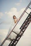 La jeune mariée marche au ciel Photos libres de droits
