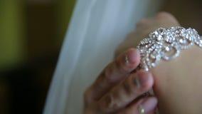 La jeune mariée met le collier sur son bras clips vidéos