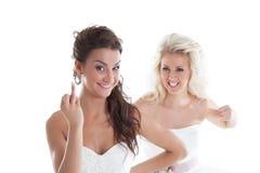 La jeune mariée mignonne vante le mariage, son amie jalouse Image stock