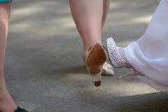 La jeune mariée montre des amies de chaussures Image libre de droits
