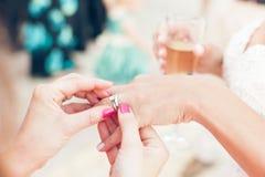 La jeune mariée montre l'anneau de mariage à l'amie Photo libre de droits