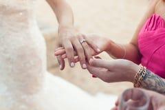 La jeune mariée montre l'anneau de mariage à l'amie Photo stock