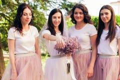 La jeune mariée montre l'anneau de mariage Photos libres de droits