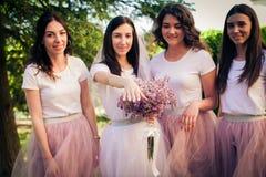 La jeune mariée montre l'anneau de mariage Photographie stock