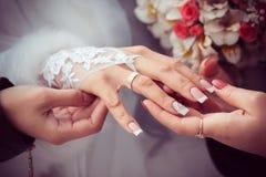 La jeune mariée montre l'anneau de mariage aux amies Image libre de droits