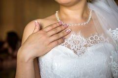 La jeune mariée montre l'anneau de mariage Brideshows l'anneau de mariage aux amis Photo libre de droits
