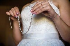 La jeune mariée montre l'anneau de mariage Brideshows l'anneau de mariage aux amis Photo stock