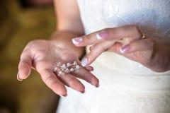 La jeune mariée montre l'anneau de mariage Brideshows l'anneau de mariage aux amis Images stock