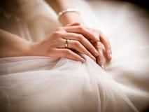La jeune mariée montre son anneau d'or images libres de droits