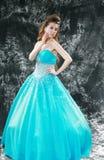 La jeune mariée a porté une robe bleue Images stock