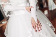 La jeune mariée porte des gants de mariage Photo stock